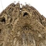 Sagrada Familia – niedokończone dzieło. Aleczypowinno zostać ukończone? Dodziś trwa otospór.