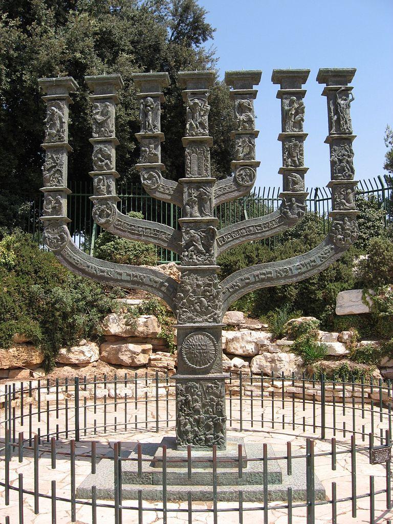 768px-Menora_vor_der_Knesset